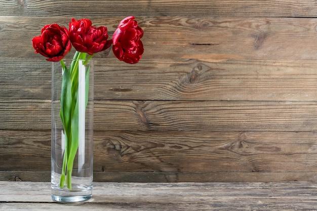 Belles fleurs de tulipes dans un vase