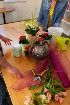 Belles fleurs. vue de dessus d'une table avec des pots de fleurs debout dessus
