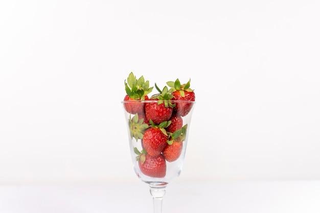 Belles fraises rouges juteuses fond de fraises de sucre en tranches avec un espace pour l'espace de copie de texte
