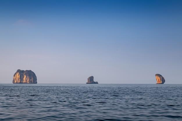 Belles îles de krabi, thaïlande. île dans une mer bleue et beau ciel.