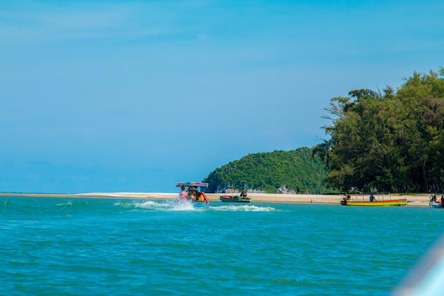Les belles îles sont des montagnes et la mer dans le ciel bleu