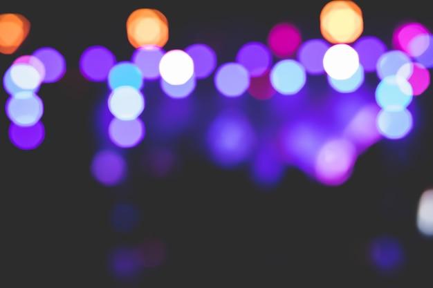 Belles images d'arrière-plan de bokeh de différentes lumières sur scène la nuit.
