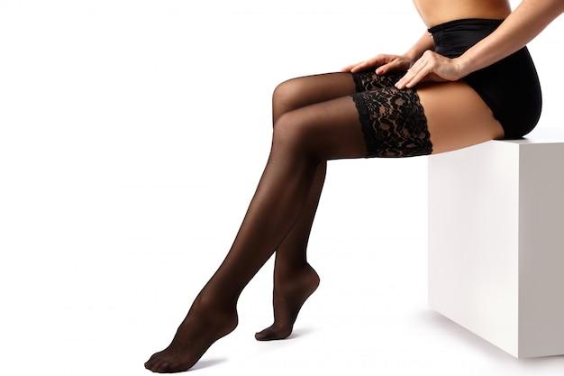 Belles jambes féminines en bas noirs