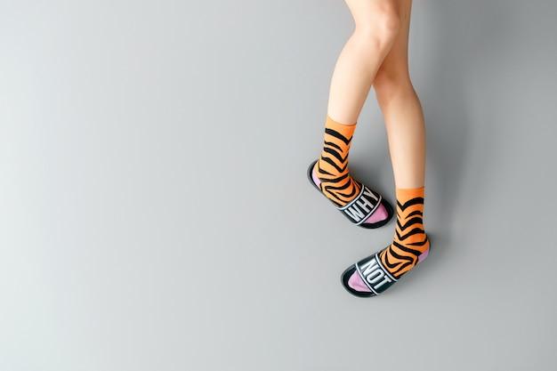 Belles jambes féminines dans des chaussettes élégantes et des chaussures à la mode