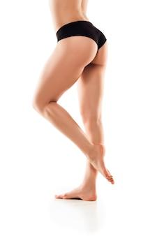 Belles jambes féminines et fesses isolées sur fond blanc