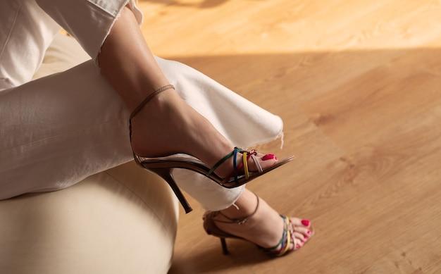 Belles jambes de femmes en sandales d'été