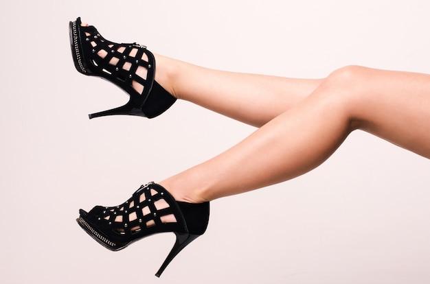 Belles jambes de femmes en talons hauts noirs