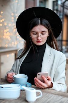 Belles jeunes femmes buvant du thé au restaurant