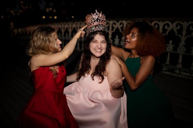 Belles jeunes femmes dans leur soirée de remise des diplômes