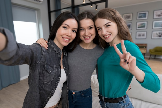 Belles jeunes femmes prenant un selfie ensemble