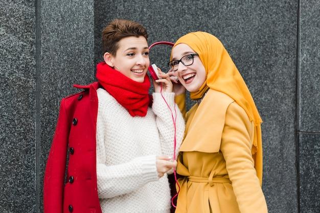 Belles jeunes femmes riant