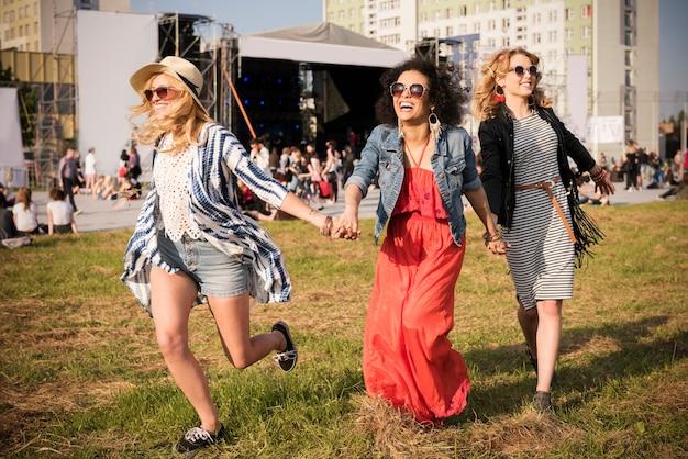 Belles jeunes femmes s'amusant ensemble