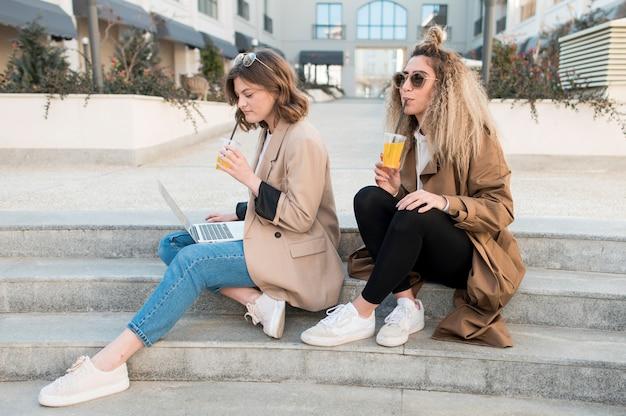 Belles jeunes femmes se détendre ensemble