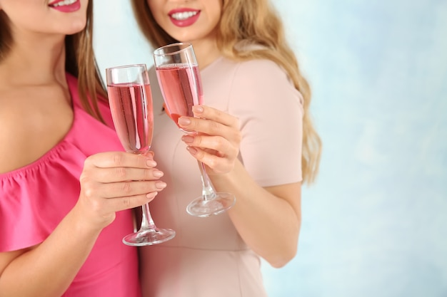 Belles jeunes femmes avec des verres de champagne