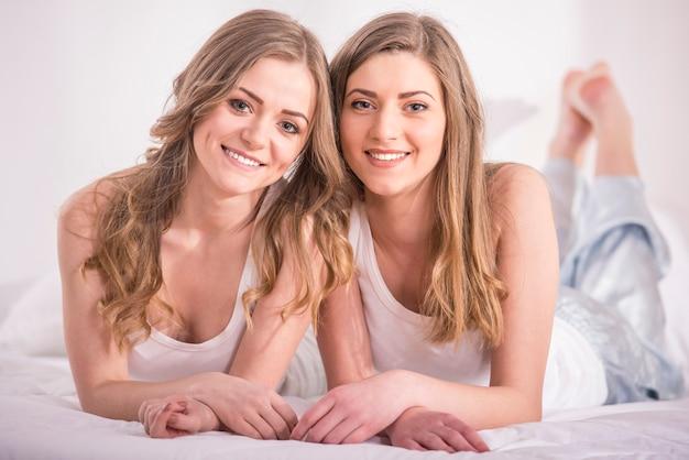 Belles jeunes filles en pyjama à la maison.