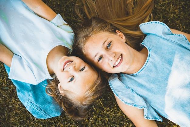 De belles jeunes filles se couchent sur le dos. vue d'en-haut