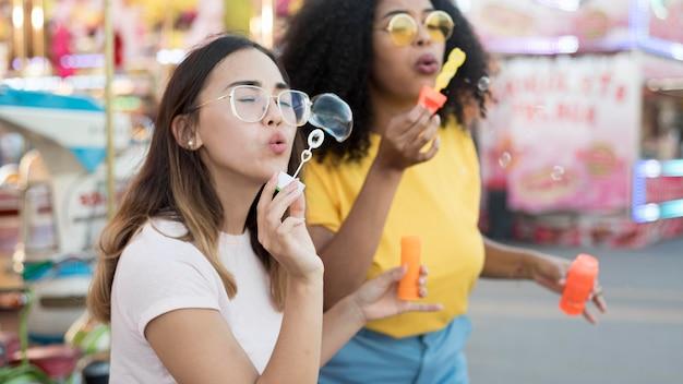 Belles jeunes filles soufflant des bulles