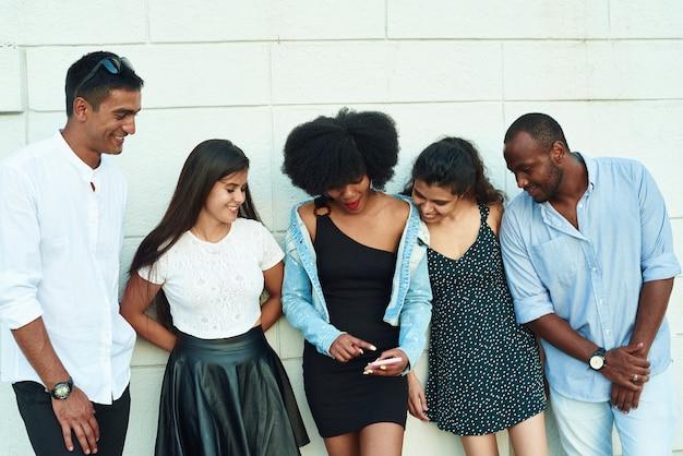 De belles jeunes gens de différentes nationalités se promènent dans la ville et parlent