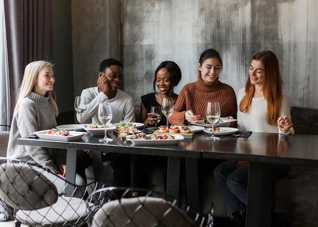 Belles jeunes en train de dîner ensemble