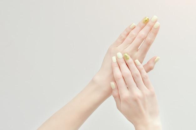 Belles mains féminines avec une manucure