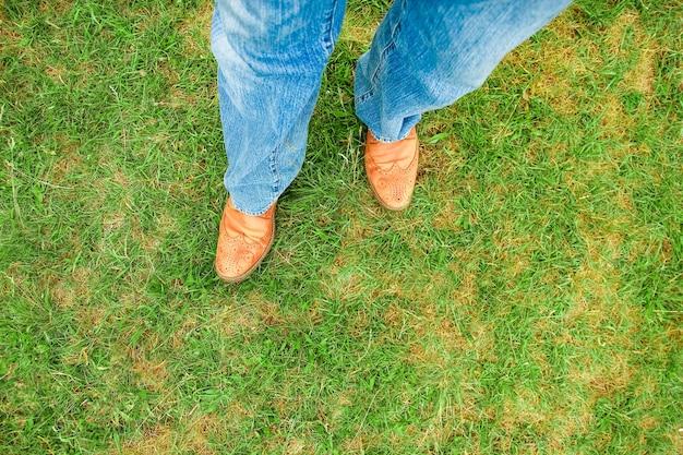 Belles mains des jambes d'un cow-boy dans le parc sur la nature