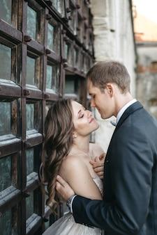 Belles mariées sont heureux d'être ensemble