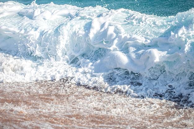 Belles mers déchaînées avec écume de mer et vagues.