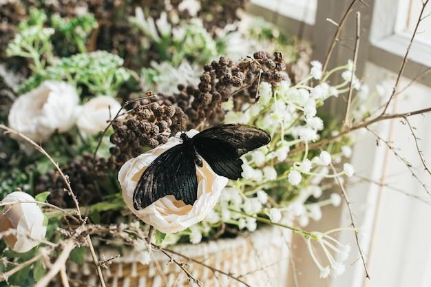 Belles et merveilleuses couleurs d'un papillon sur des fleurs dans le coin vintage doux