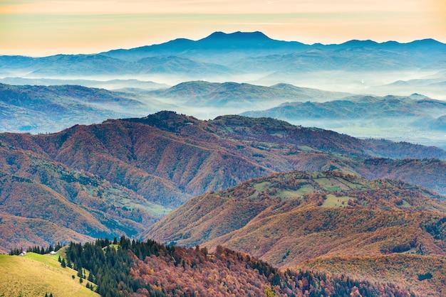 Belles montagnes et collines bleues avec forêt au coucher du soleil