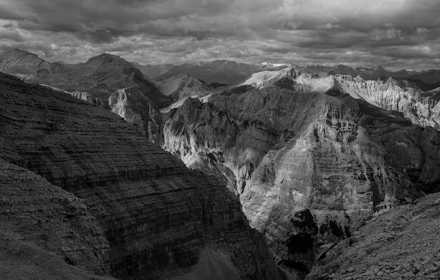 Belles montagnes et collines tournées en noir et blanc