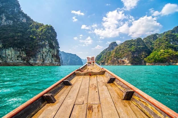 Belles montagnes dans le barrage de ratchaprapha au parc national de khao sok, province de surat thani, thaïlande