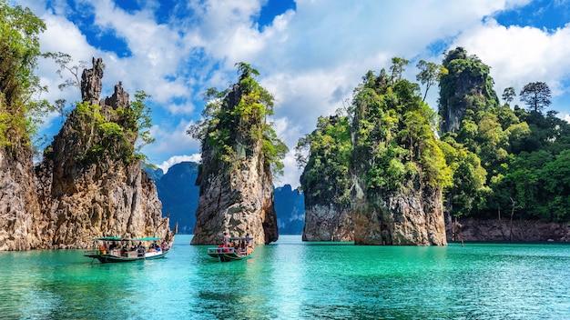 Belles montagnes dans le barrage de ratchaprapha au parc national de khao sok, province de surat thani, thaïlande.