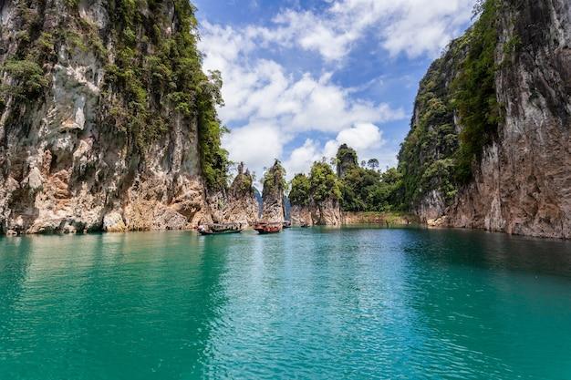 Belles montagnes lac ciel de rivière et attractions naturelles dans le barrage de ratchaprapha au parc national de khao sok, province de surat thani, thaïlande.
