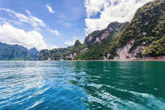 Belles montagnes lac ciel de rivière et attractions naturelles dans le barrage de ratchaprapha au parc national de khao sok