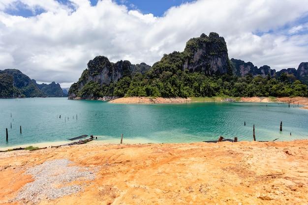 Belles montagnes lac ciel de rivière et attractions naturelles