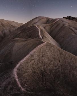 Belles montagnes rocheuses et collines avec un ciel étoilé à couper le souffle