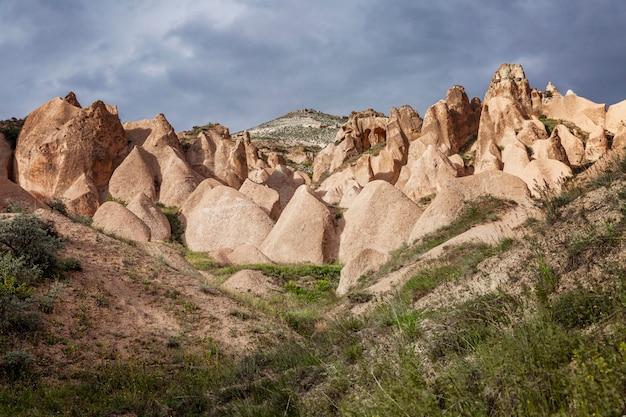 Belles montagnes roses dans la vallée de la cappadoce aux rayons du soleil couchant. super paysage.