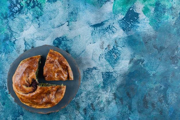 De belles pâtisseries sur une planche, sur la table en marbre.