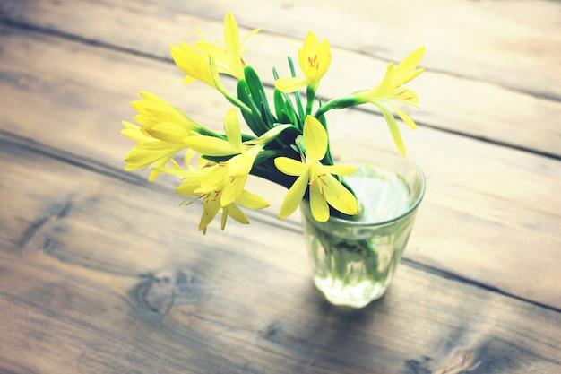 Belles perce-neige dans un vase, sur une table en bois