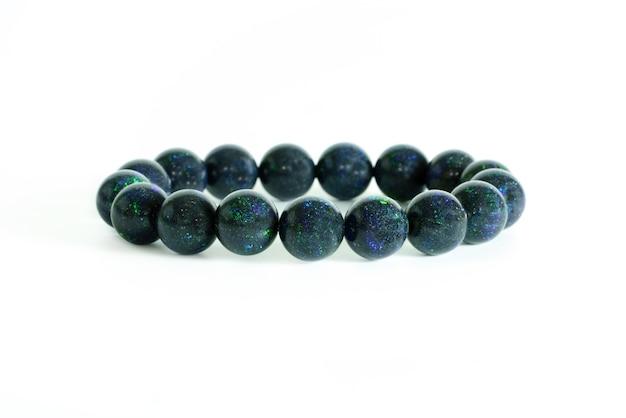 Belles Perles D'opale Noire Rares En Bracelet Sur Fond Blanc Photo Premium