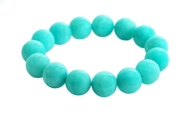 Belles perles en pierre d'amazonite ou d'amazone dans le bracelet sur le fond blanc