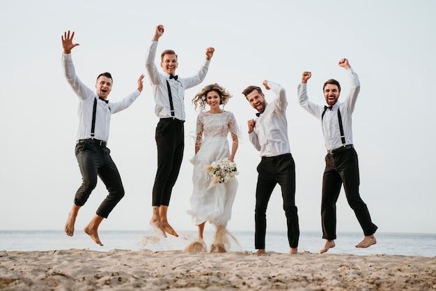Belles personnes célébrant un mariage sur la plage