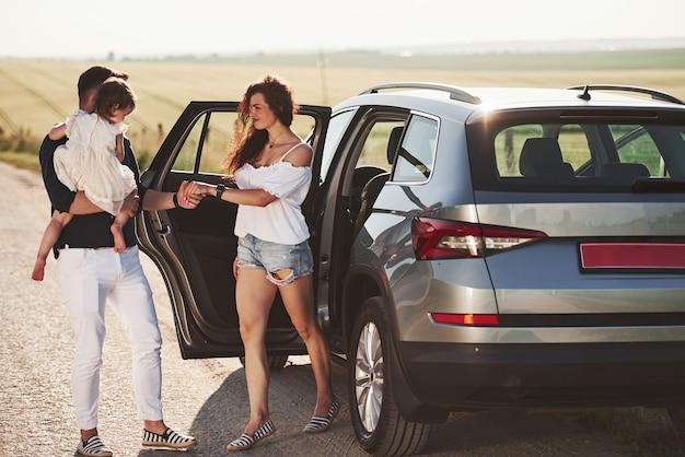 De belles personnes sont dans la voiture moderne le week-end
