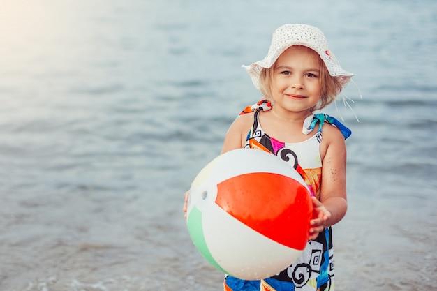 Belles petites filles adorables ensemble portrait féminin décontracté mode de vie beauté fille joyeuse sur le jeu de la plage de la mer. concept d'enfance