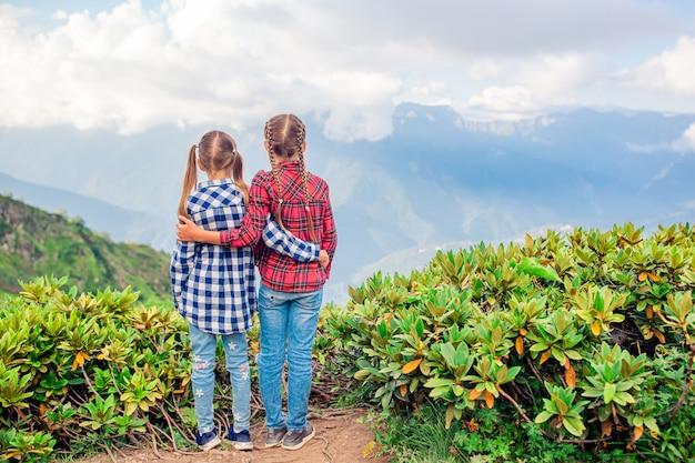 Belles petites filles heureuse dans les montagnes en arrière-plan de brouillard