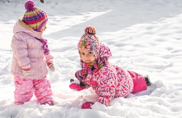 Belles petites filles jouant dans la neige