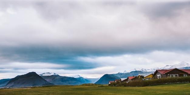Belles photos panoramiques de paysages islandais qui transmettent beauté et tranquillité.