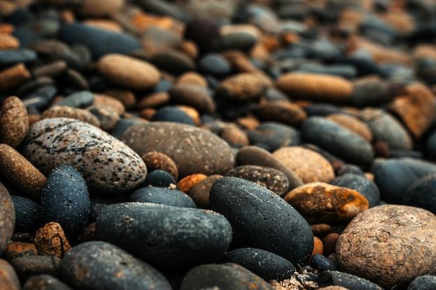 Belles pierres sur la plage sur la côte californienne fond naturel