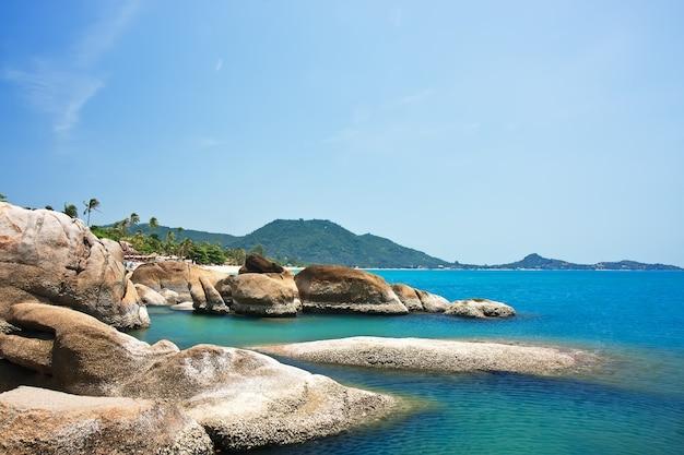 Belles pierres sur la plage de lamai, koh samui, thaïlande