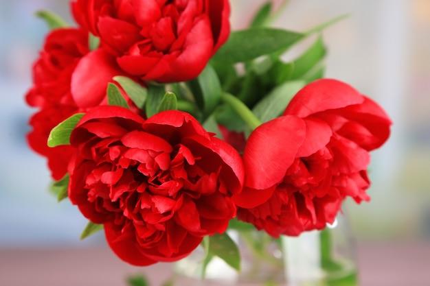 Belles pivoines rouges dans un vase